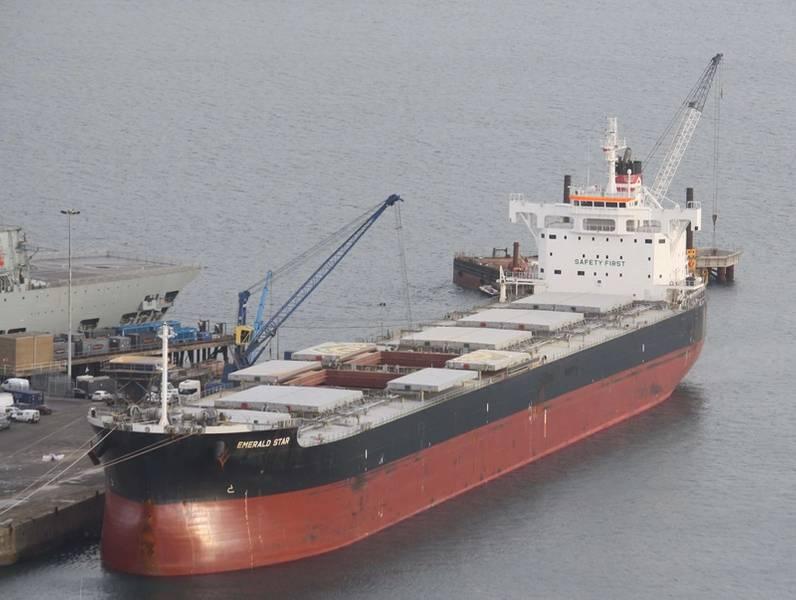 散货船装载在英国波特兰港(CREDIT:英国波特兰港)