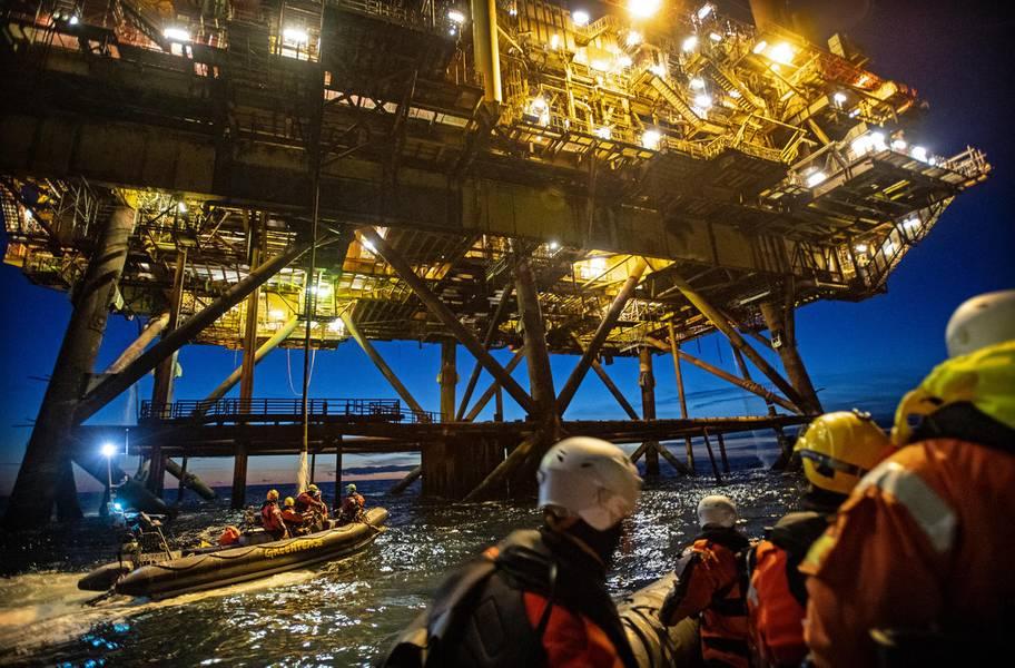 来自荷兰,德国和丹麦的绿色和平组织活动家登上了壳牌布伦特油田的两个石油平台(©Marten van Dijl /绿色和平组织)