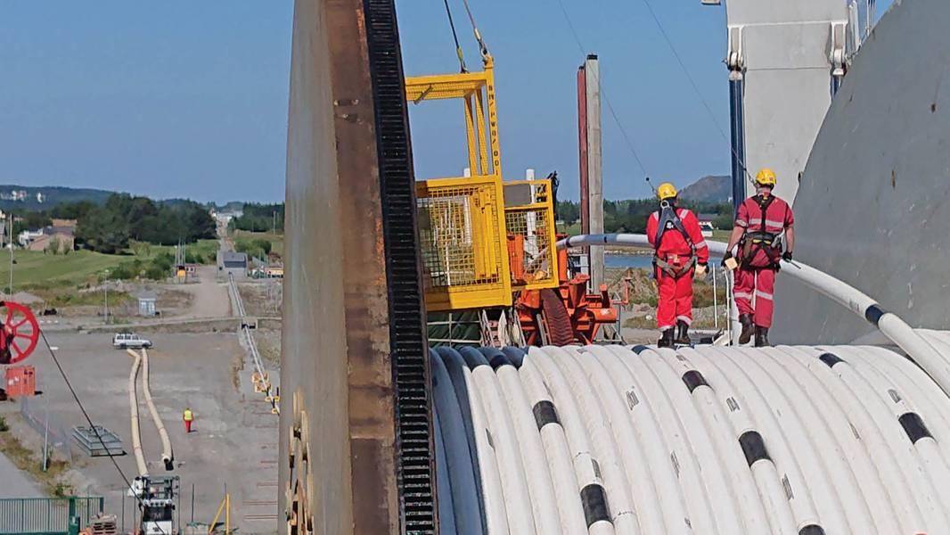 An Bord der Navca taumeln, Spoolbase im Hintergrund. Bilder mit freundlicher Genehmigung von Chrysaor und Subsea 7