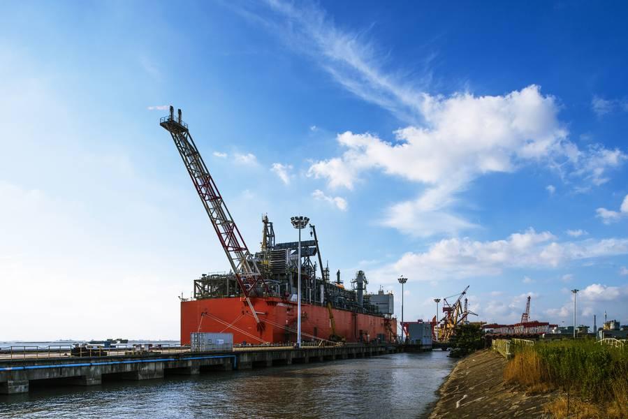 Die schwimmende Verflüssigungsanlage des Binnenschiffes Caribbean FLNG wird im zweiten Quartal 2019 als Tango FLNG im Hafen von Bahía Blanca eingesetzt. (Foto: Wison Offshore & Marine)