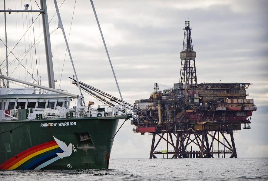 オランダ、ドイツ、デンマークのグリーンピース活動家がシェルのブレント油田にある2つの石油プラットフォームに乗り込みました(©Marten van Dijl / Greenpeace)