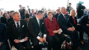 Chair of the Equinor board, Jon Erik Reinhardsen (left), Norwegian petroleum and energy minister Kjell-Børge Freiberg and Chancellor of Germany Angela Merkel at the opening of the Arkona offshore wind farm. Photo: Equinor