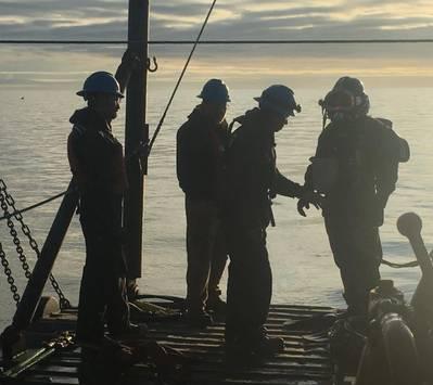 从黎明开始,潜水员在松弛潮汐期间开始一系列潜水,以便将Snap Wrap复合分体套管固定在阿拉斯加库克湾的管道受损区域。 (照片由ClockSpring提供  NRI)