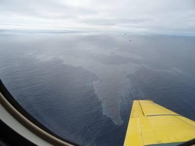 CCG观察员在星期三下午飞越飞越时观察到的光滑照片。图像中的浮油估计最宽处约为4.6公里。截至周四早上拍摄的卫星图像显示了两个浮油:第一个是1.71平方公里和3.27公里长,第二个是6.64平方公里和3.78公里长。 (照片:C-NLOPB)