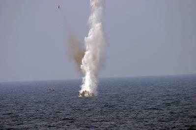 Foto del archivo: el personal de la Marina de los EE. UU. Detonó una mina flotante durante un ejercicio en el Golfo de México (foto de la Marina de EE. UU. Por Patrick Connerly)