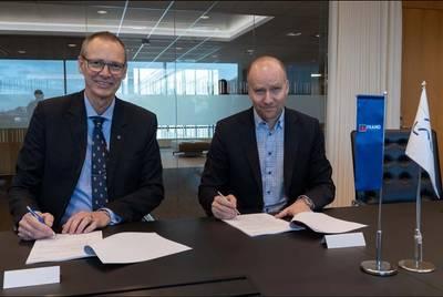 Framo ServicesのTrond Petter Abrahamsenディレクターと契約を締結左Kjetel Digre Aker BPのオペレーションおよびフィールド開発責任者