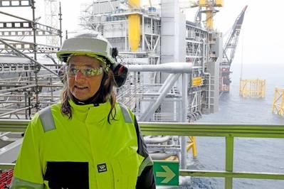 Margareth Øvrum, vicepresidenta ejecutiva de Tecnología, Proyectos y Perforación, visitando el campo Johan Sverdrup. Foto: Arne Reidar Mortensen / Equinor