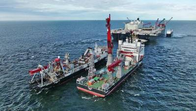 Toisa Patroklos, adquirida pela Allseas e renomeada como Fortitude, apoia o Pioneering Spirit no projeto do gasoduto Nord Stream 2 (Foto: Allseas)
