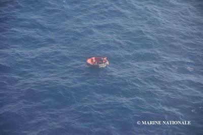Três dos 14 tripulantes de Bourbon Rhode foram localizados em um barco salva-vidas e resgatados no sábado. As restaurações estão pesquisando 11 que ainda estão faltando. (Foto: Marine Nationale)