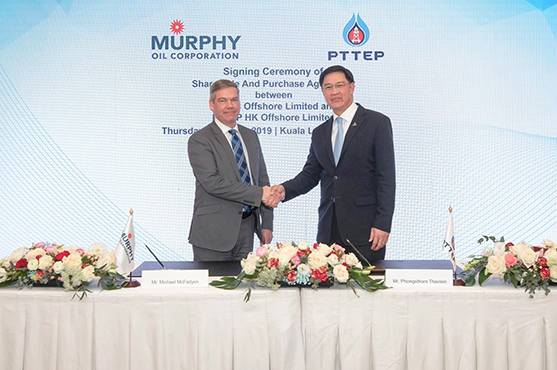 From left: Murphy Oil Corporation Executive Vice President of Offshore Michael McFadyen with PTTEP President and CEO Phongsthorn Thavisin after signing the share sale and purchase agreement in March 2019 (Photo: PTTEP)