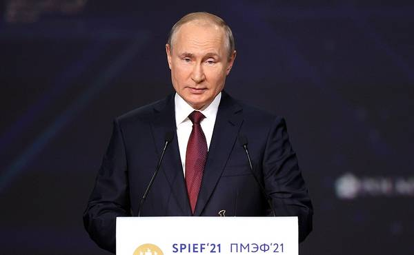 St Petersburg International Economic Forum plenary session. - Credit: Kremlin