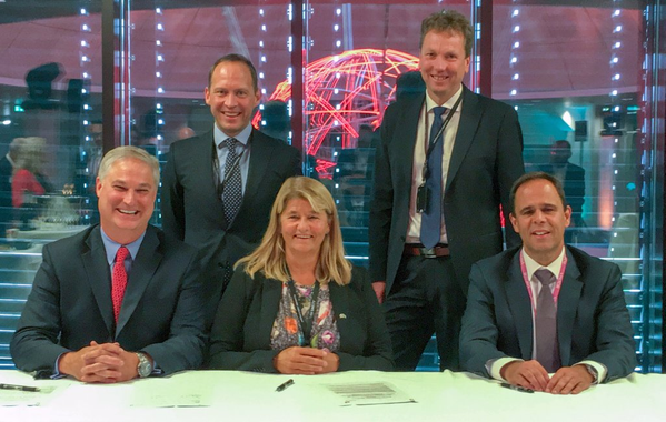 Doug Pferdehirt (left), CEO TechnipFMC, Torger Rød, SVP Equinor, Margareth Øvrum, EVP Equinor, Kjetil Hove, SVP Equinor, and Luis Araujo, CEO Aker Solutions. (Photo: Equinor)