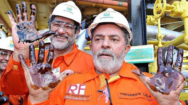 Photo from 2008 showing former President of Brazil Lula and Former Petrobras CEO Sergio Gabrielli, with oil extracted from the pre-salt layer on their hands (Credit: Wikimedia Commons)
