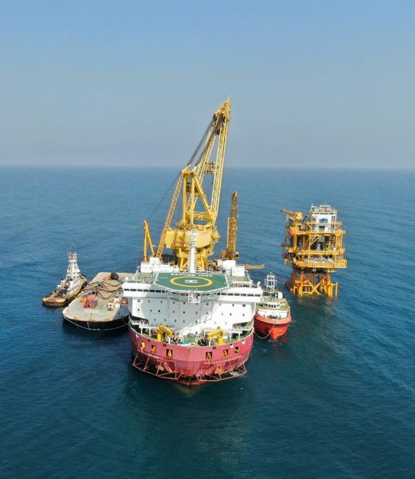 Sapura 3500 DP3 Heavy Lift Vessel during installation of Mizton topside (Photo: Sapura Energy)