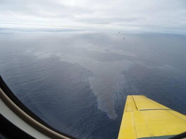 Μια εικόνα μιας παρατηρούμενης κηλίδας που τραβήχτηκε από έναν παρατηρητή CCG κατά την πτήση την Τετάρτη το απόγευμα. Η κηλίδα στην εικόνα εκτιμάται ότι είναι περίπου 4,6 km στο ευρύτερο τμήμα της. Οι δορυφορικές εικόνες που ελήφθησαν από την Πέμπτη το πρωί έδειξαν δύο κηλίδες: το πρώτο είναι 1,71 km2 και μήκος 3,27 km και το δεύτερο είναι 6,64 km2 και μήκος 3,78 km. (Φωτογραφία: C-NLOPB)