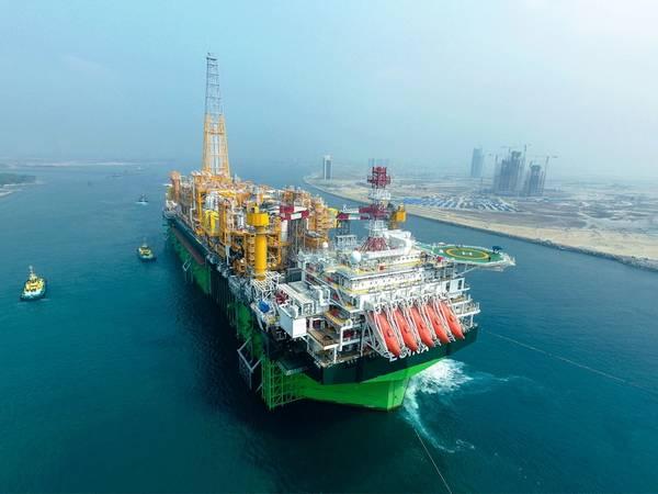 Η πλωτή μονάδα παραγωγής, αποθήκευσης και εκφόρτωσης της Αίγινας (FPSO) ξεκινάει για ένα από τα πιο φιλόδοξα υπερβολικά βαθιά υπεράκτια έργα της Νιγηρίας, το πετρέλαιο της Αιγίνης, το οποίο βρίσκεται σε βάθος νερού μεγαλύτερο από 1.500 μέτρα. (Φωτογραφία: Σύνολο)