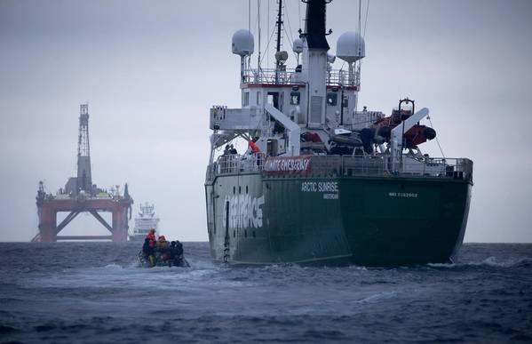Корабль Greenpeace Arctic Sunrise следует за чартерной буровой установкой BP Transocean Paul B Loyd Jr на пути к месторождению Vorlich в Северном море. Группа по защите окружающей среды призывает BP прекратить бурение новой нефти. (© Гринпис / Иржи Резак)
