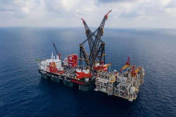 Файл фотографии: SSCV Heerema Sleipnir, самое большое в мире крановое судно, устанавливает верхние строения для разработки Левиафана Noble Energy в сентябре (Фото: Heerema Marine Contractors)