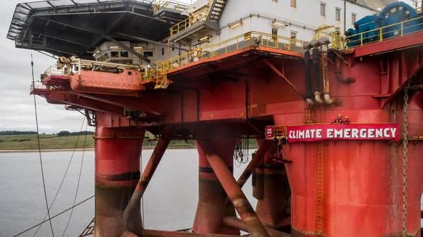 صعد النشطاء منصة للنفط BP في Cromarty Firth ، اسكتلندا. الحفارة هي Paul B Loyd Jr ، المملوكة لشركة Transocean ، وهي في طريقها للحفر في حقل Vorlich. (الصورة: السلام الأخضر)