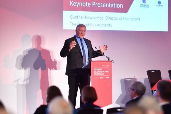 غونتر نيوكومب ، مدير العمليات المنتهية ولايته في هيئة النفط والغاز يخاطب مؤتمر وقف التشغيل البحري في سانت أندروز ، اسكتلندا (تصوير: Oil and Gas UK)