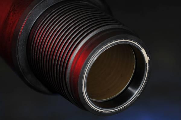 يسمح الأسلاك داخل أنبوب الحفر بنقل البيانات بسرعة عالية. (الصورة: IntelliServ)