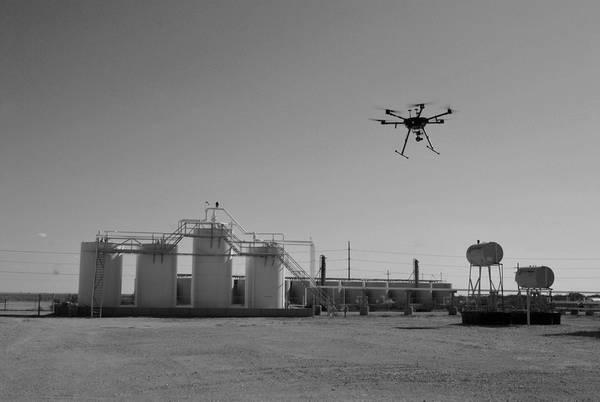 يقوم طيار PrecisionHawk بدون طيار بجمع البيانات الجوية أثناء فحص الأصول النفطية. (الصورة: بريسيشن هوك)
