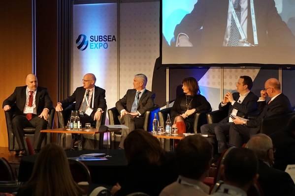 बाएं से दाएं: माइक बेवरिज, प्रबंध निदेशक, सीमन्स एनर्जी; जॉन महोन, महानिदेशक, निर्यात, डीआईटी; एलिस्टेयर मैकडोनाल्ड, बेनबेकुला समूह के सीईओ और टेकमार के अध्यक्ष, बेनबेकुला समूह / टेकमार; कोलेट कोहेन, मुख्य कार्यकारी, तेल और गैस प्रौद्योगिकी केंद्र; एचआर और आपूर्ति श्रृंखला, तेल और गैस प्राधिकरण के स्टुअर्ट पायने निदेशक; और नील गॉर्डन, सीईओ, सब्सिया यूके। (फोटो: एरिक अड्डा)
