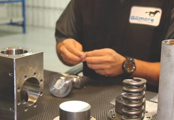 一名技术人员在吉尔莫尔(Gilmore)休斯顿的工厂研究新的调节器。 (照片:吉尔莫尔)
