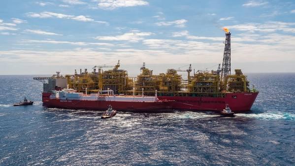 澳大利亚近海:壳牌的Prelude浮式液化天然气(FLNG)工厂本周早些时候交付了第一批液化天然气货物。图为前奏FLNG设施,瓦伦西亚Knutsen并排停泊(照片:壳牌)