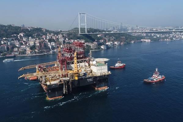 Através do Bósforo: equipamento de perfuração semi-submersível Scarabeo 9, com capacidade para o Mar Negro (Foto: Saipem)