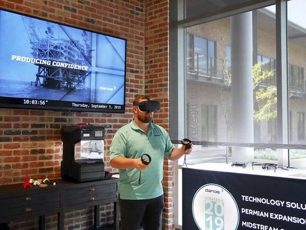 Danos领导能力保证专家Mark Theriot在Danos的技术实验室中使用虚拟现实耳机,鼓励员工参与新技术以发现将其融入工作的方法。 (照片:Danos)