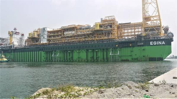 Das Egina FPSO für das extrem tiefe Egina-Ölfeld liegt 130 Kilometer vor der nigerianischen Küste in Wassertiefen von mehr als 1.500 Metern. Das Schiff hat eine Kapazität von 2,3 Millionen Barrel Öl und ist das größte, das jemals vom französischen Ölkonzern Total gebaut wurde (Foto: SAPETRO)