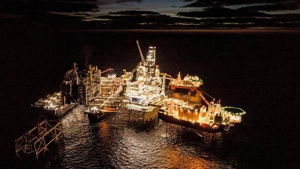 Espírito pioneiro se movimentando para realizar o içamento offshore mais pesado do mundo (Foto: Roar Lindefjeld & Espen Rønnevik - Woldcam / Equinor)
