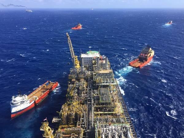 FPSO P-76 wird zu einem Vorsalzspiel geschleppt. Komplexe Unterwassersysteme und Zuganker werden außerhalb der AWZ für die Ultra-Deep-Water-Produktion benötigt (File photo: Petrobras)