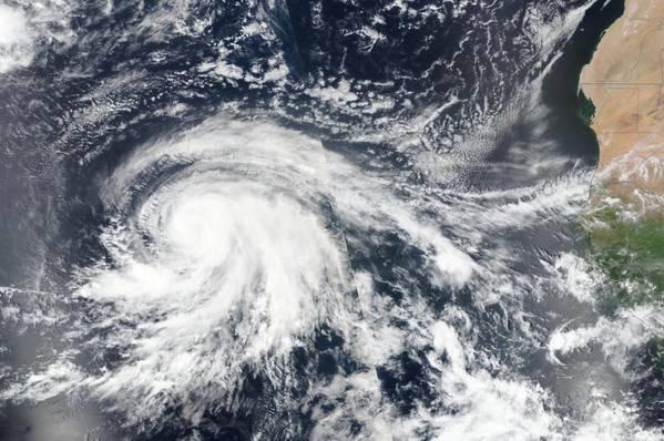Imagem de satélite do furacão Lorenzo no leste do Oceano Atlântico, em 25 de setembro (Foto: NASA / NRL)