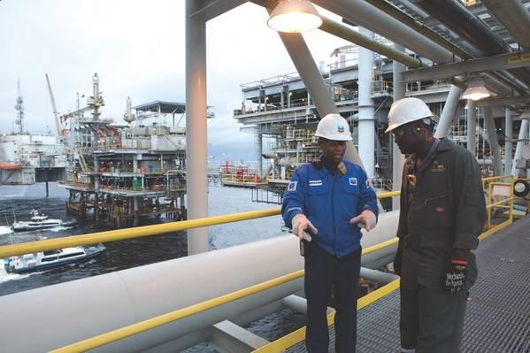 Im Jahr 2012 wurde im Rahmen der Offshore-Konzession Block 0 in Angola das viermilliardste Barrel Rohöl gefördert. Chevron ist der größte ausländische Arbeitgeber der Ölindustrie des Landes. (Foto: Chevron)