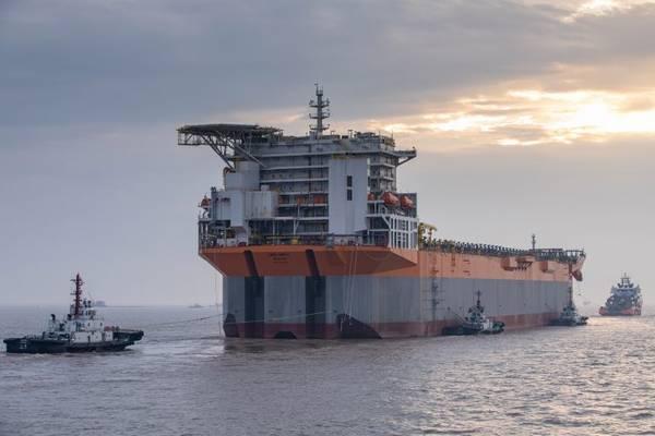 Rumo à Guiana: O FPSO Liza Unity, de fabricação chinesa, chega a Cingapura para integração nas partes superiores. O FPSO é destinado ao desenvolvimento de campo de Liza operado pela ExxonMobil na Guiana. (Foto: SBM Offshore)