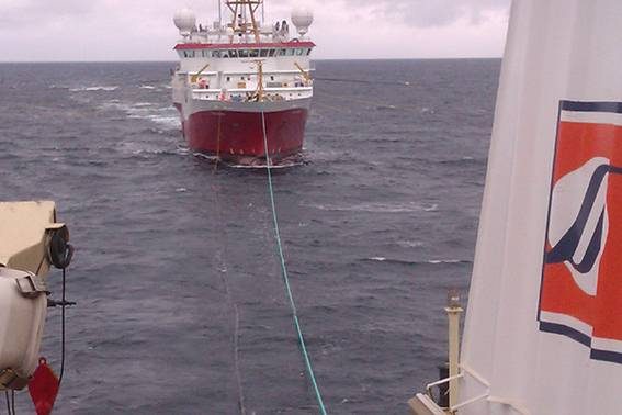 Surto sísmico: um navio de pesquisa sísmica reabastece no mar (Foto: handout)