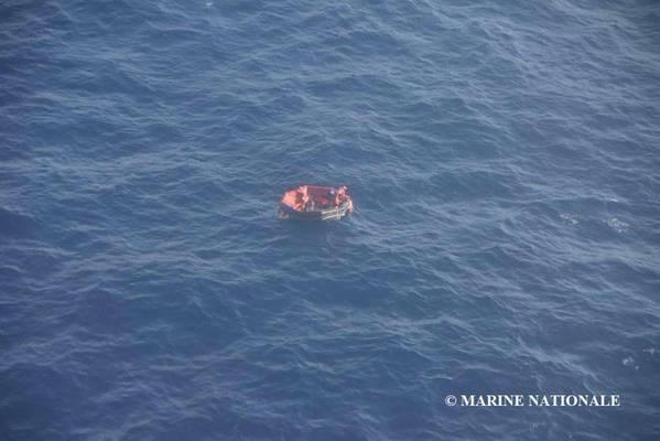 Tres de los 14 miembros de la tripulación de Bourbon Rhode fueron ubicados en un bote salvavidas y rescatados el sábado. Los resonders están buscando 11 que aún faltan. (Foto: Marine Nationale)
