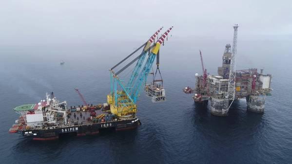 A embarcação de elevação pesada Saipem 7000 eleva o módulo Dvalin para a plataforma Heidrun (Foto: John Iver Berg / Wintershall Dea)