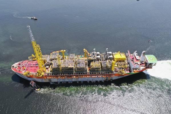 Em julho de 2019, o FPSO Liza Destiny parte de Cingapura, onde ocorreu a conversão do casco, bem como a construção e integração das partes superiores. (Crédito da foto: Lim Weixiang / SBM Offshore)