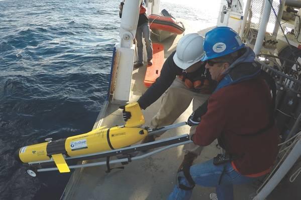 Um planador Slocum de propriedade da Blue Ocean Monitoring da Teledyne Webb Research sendo implantado para monitoramento oceânico. (Fonte: Monitoramento do Oceano Azul)