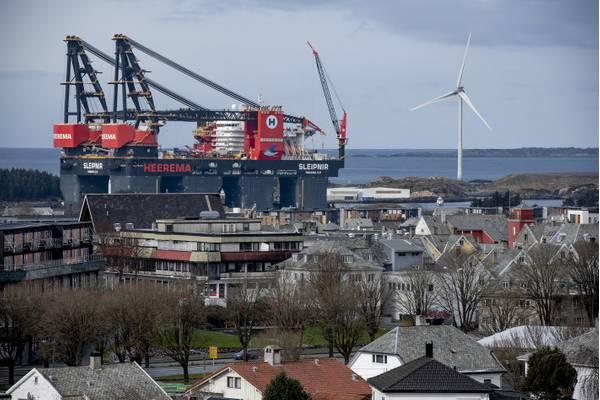 The giant vessel made the city of Haugesund look small. Photo: Øyvind Sætre/Aibel.