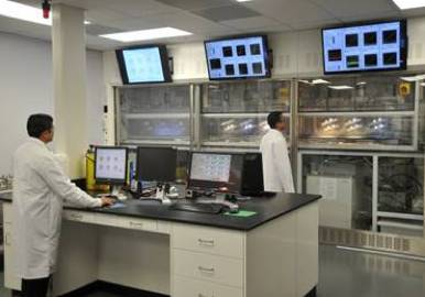 Εργαστηριακός έλεγχος αντι-συσσωματωτών με τη χρήση κυττάρων ταλάντωσης. Τα δεδομένα οπτικής εκτίμησης και αισθητήρα εγγύτητας προσδιορίζουν τη συμπεριφορά φάσης, το μέγεθος των κρυστάλλων ενυδάτωσης, την απόθεση ενυδάτωσης και το ιξώδες του υγρού. (Φωτογραφία: Halliburton)